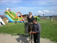 Uczesnicy podczas jazdy na koniu 14 z 14