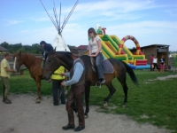Uczesnicy podczas jazdy na koniu 13 z 14