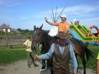 Uczesnicy podczas jazdy na koniu 12 z 14