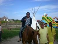 Uczesnicy podczas jazdy na koniu 11 z 14