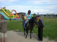 Uczesnicy podczas jazdy na koniu 10 z 14