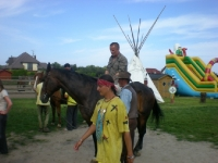 Uczesnicy podczas jazdy na koniu 9 z 14