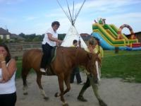 Uczesnicy podczas jazdy na koniu 8 z 14