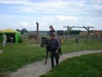 Uczesnicy podczas jazdy na koniu 7 z 14