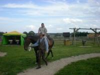Uczesnicy podczas jazdy na koniu 6 z 14