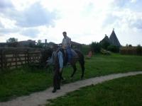 Uczesnicy podczas jazdy na koniu 5 z 14