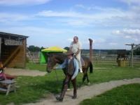 Uczesnicy podczas jazdy na koniu 4 z 14