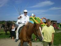 Uczesnicy podczas jazdy na koniu 2 z 14