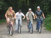 Czworo uczesników na wycieczce rowerowej