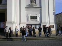 Uczestnicy przy kościele parafialnym w Wadowicach