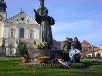 Uczestnicy przy pomniku Jana Pawła II w Wadowicach
